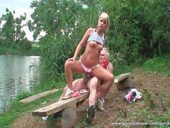 Ursnygga blondinen rider Deckare den älvstranden