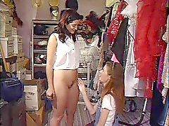 Skinny Tiny Tit Teen Anne verleidt Een Vrouwelijke Klant