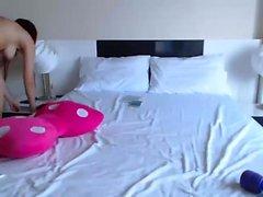 Bedövning rödhårig tjej striptease och leker på sin webcam