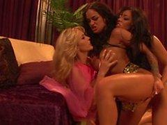 El tipo folla a tres muchachas atractivas del harem tres maneras entonces que acarician y lamen coños