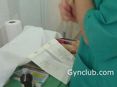 медсестра мастурбации на гинекологическом стуле латексными перчатками