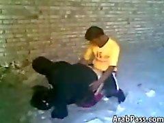 Arab för par Fångat ha sex utomhusaktiviteter