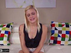 Tiny Teen Madison Hart obtient une creampie dans sa chatte serrée