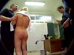 Hard Anal Gang Bang mit Tiny Blonde in Zöpfen