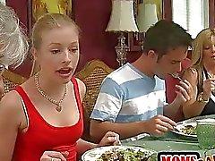 Tesão madrasta ações galo com um adolescente