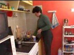 Mamma och son i köket