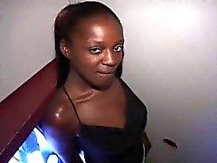 Freaky black girl Latoya se enfrenta a stragers en el gloryhole