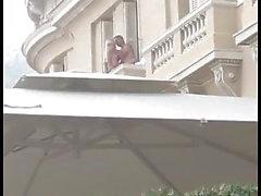 Человек трахает блондинку шлюхи над балконом