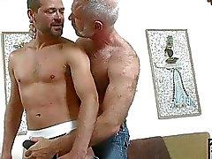 Yaşlı gay hunk genç sert cum tetikçi ile oynamak için alır