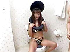Muchacha que desgasta Conjunto higiénico consigue el maltratada por hombre en Baño