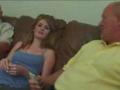 Deux vieillards profitent de la belle Faye Reagan