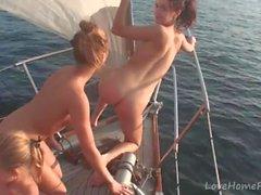 Hot babes vet hur man festar under segling