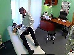 Infirmière blonde plantureuse baisant son médecin dans un bureau