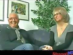 Casal de Meia Idade convida Stud jovem para apimentar as coisas