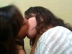 Amateur-Teenager mit heißen lesbischen Spaß
