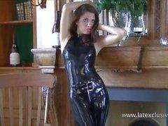 Shiny schwarzen Latex-Outfit und Fetischkleidung von sexy Cougar Olivia posiert