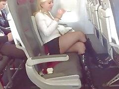La bionda MILF si imbarca sull'aeroplano in calze e stivali neri