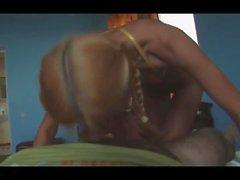 chica rubia con una cola de caballo cabalga polla de chorreo de leche