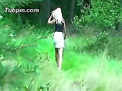 Im Wald in Strumpfhose gefickt