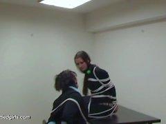 2 kız siyah giysilerle bağlandı