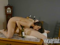 De paige Turnah en fait bandante lesbian chienne foutre dans la bouteille de vin