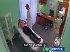 FakeHospital Jeune femme avec la corps de tueur a attrapé faire baiser du docteur