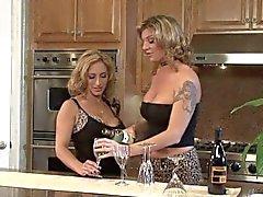 Trio de lesbianas en de la encimera de la cocina