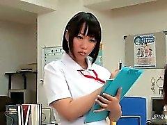 Infirmière asiatique adorable de faire 1ère partie crépus