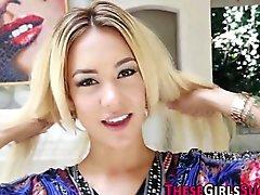 Adolescente atractiva de rubios golondrinas