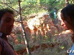 Espagnole aux gros seins suce dans les bois
