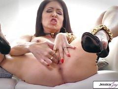 Jessica Jaymes vous montre ses gros seins et sa chatte rose humide