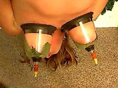 Upphängd kvinna tortyr med nässlor