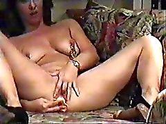одиночку ИФОМ дома мастурбировать в гостиной, наблюдая порно