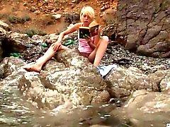 Loira teen Kinky provoca junto ao mar