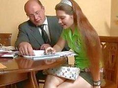 Büyük öğretmen genç bir Bebekleri Beaver'ı boyun eğdirme edilmektedir