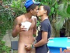Rapazes Twink Sem condimentados refrescar no da piscina após o sexo
