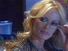 Mogen blond lärare med massiva tuttar blir rammades hårt i klassrummet