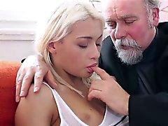 Blond tonåring Tanya förvånade den gamle mannen sexual styrka