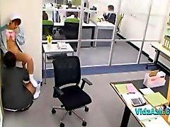 Puhdistus Lady nuolaisi Fingered Giving blowjob ja Guy toimistossa