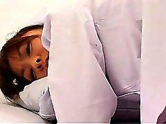 Nurse cornée doigts miina la chatte de le lit l'examen