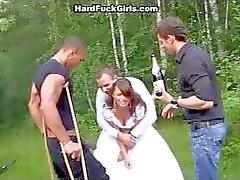 Den Bräutigam die Braut hart in den Wäldern fickte