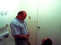 поддельные шпион рыжеволосая придает старый человек голову в ванной комнате