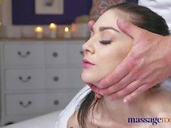 Camere di massaggio Giovani tatuaggi hottie prende il cazzo di grasso nella sua figa minuscola