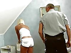 Ung blond jävla med gamla polis