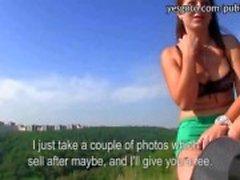 Het brunett tjeckisk flicka photoshoot och körd för kontanter
