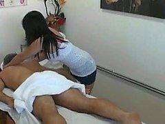Thaise masseuse neukt cliënt en maakt hem cum