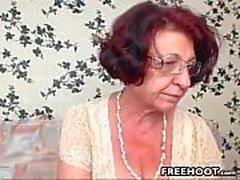 Бабуля с большими и Saggy Tits пальцы ее киски