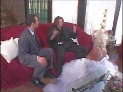 Junge blonde Braut Babe fickt ihren Bräutigam und seinen besten Mann