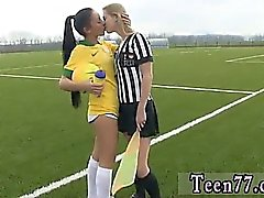Jogadora brasileira quebrando o árbitro