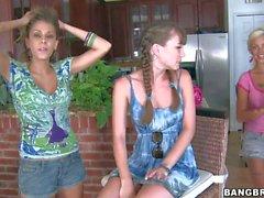 Capri de Anderson a se partagée par les deux de poussins lesbiens